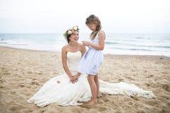 Belles jeune mariée et soeur par la mer photos libres de droits