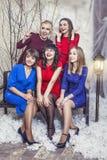 Belles jeunes et heureuses amies de femme ensemble au celebrat Photos stock