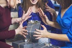 Belles jeunes et heureuses amies de femme ensemble au celebrat Photos libres de droits