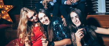 Belles jeunes femmes appréciant la partie et ayant l'amusement au clu de nuit Photographie stock libre de droits