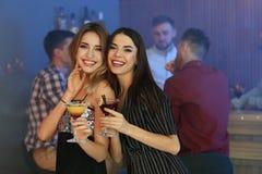 Belles jeunes femmes avec des cocktails de martini photo libre de droits