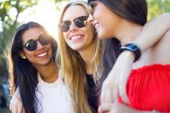 Belles jeunes femmes ayant l'amusement au parc Images stock