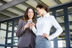 Belles jeunes femmes d'affaires dans le bureau Image stock