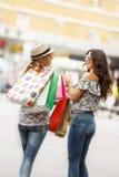 Belles jeunes femmes dans les achats Photographie stock libre de droits
