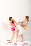 Belles jeunes femmes faisant la partie de pyjama Photo stock