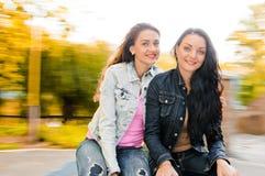 Belles jeunes femmes heureuses drôles Photographie stock
