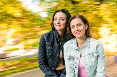 Belles jeunes femmes heureuses drôles d'amis Photographie stock