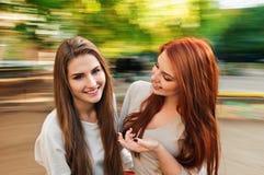 Belles jeunes femmes heureuses parlantes Images stock