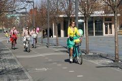 Belles jeunes femmes montant des bicyclettes en parc Muzeon à Moscou Photos stock