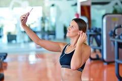 Belles jeunes femmes prenant un selfie pendant une coupure sur une classe de forme physique de poteau Photographie stock