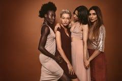 Belles jeunes femmes se tenant ensemble Photo libre de droits