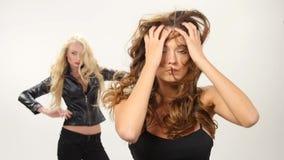 Belles jeunes femmes sexy de blonde et de brune clips vidéos
