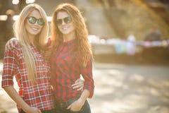 Belles jeunes femmes sur la promenade en parc Photo libre de droits