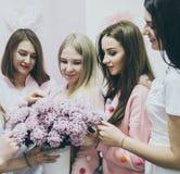 Belles jeunes filles avec des fleurs de ressort Photos stock