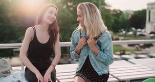 Belles jeunes filles détendant sur un dessus de toit dans une ville Images libres de droits