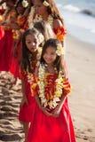 Belles jeunes filles de danse polynésienne Photographie stock