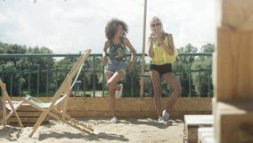 Belles jeunes filles de métis parlant près du lac et appréciant des vacances Images stock