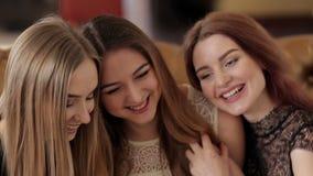Belles jeunes filles riant le regard dans l'appareil-photo banque de vidéos