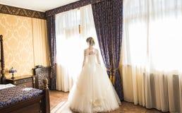 Belles jeunes position et attente de jeune mariée Photographie stock
