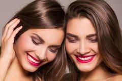 Belles jumelles de soeur avec le sourire étonnant images stock
