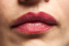 Belles lèvres rouges dodues sexy de femme avec le rouge à lèvres photos stock