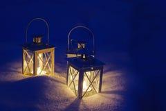 Belles lanternes sur la neige Photographie stock
