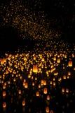 Belles lanternes volant en ciel nocturne Image stock