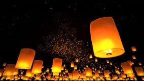 Belles lanternes volant en ciel nocturne Images libres de droits