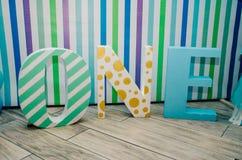Belles lettres avec l'inscription une pour une naissance de jour du ` s d'enfants Images libres de droits