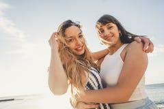 Belles longues jeunes femmes de cheveux dans les vacances Photographie stock libre de droits