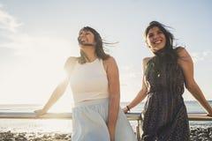 Belles longues jeunes femmes de cheveux dans les vacances Photos libres de droits