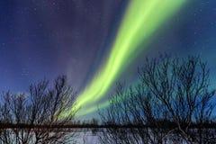 Belles lumières du nord et météorite vertes photos stock