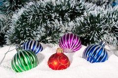 Belles, lumineuses billes de Noël dans la neige. Photos libres de droits