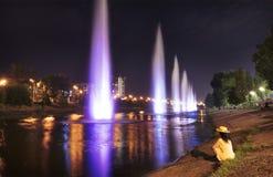 Belles, lumineuses et hautes fontaines sur le canal de Rusanovskiy pendant la nuit Kyiv photographie stock libre de droits