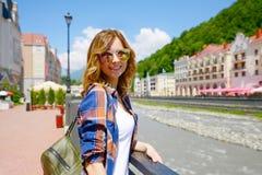 belles lunettes de soleil de fille Rosa Khutor Image stock