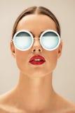 Belles lunettes de soleil s'usantes de jeune femme images stock