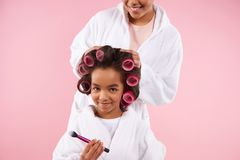 Belles mère et fille dans des peignoirs Photos stock