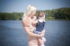 Belles mère et fille près de la rivière Image libre de droits