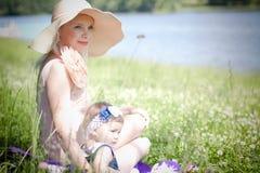 Belles mère et fille près de la rivière Photos stock