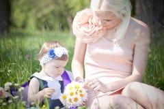 Belles mère et fille près de la rivière Photo libre de droits