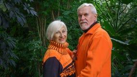 Belles ménages mariés par personnes âgées heureuses Photo libre de droits