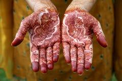 Belles mains avec la conception de henné Image libre de droits