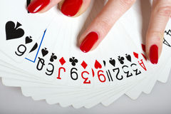 Belles mains avec la manucure et les cartes parfaites Photo stock
