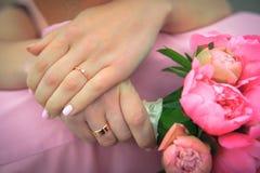 Belles mains des couples de mariage Photos libres de droits