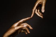 Belles mains en peinture d'or Photographie stock libre de droits