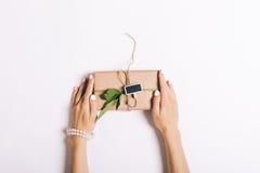 Belles mains femelles avec la manucure tenant une boîte avec un cadeau o photo stock