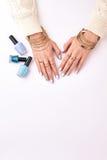 Belles mains femelles en bijoux d'or photographie stock