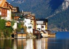 Belles maisons au lac dans Hallstatt Photo stock