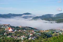 Belles maisons dans la campagne avec le brouillard et la lumière magiques à la partie 11 de lever de soleil photos stock