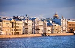 Belles maisons sur le remblai de la rivière de Neva photos stock